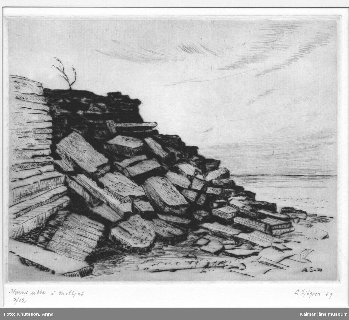 Kalkstensklippa och hav, på Horns udde, Öland. Möjligen gammalt stentag,