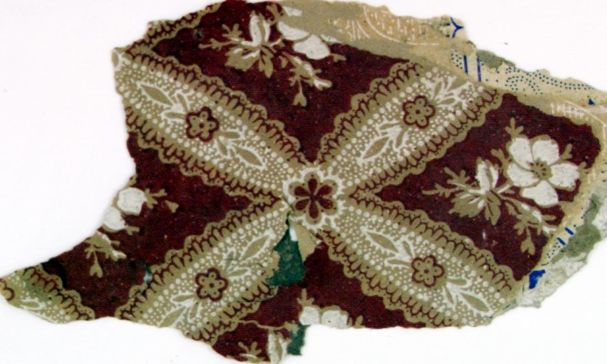 Snedrutmönster med blomma i diagonalupprepning. Tryck i vinrött på ett ofärgat papper.