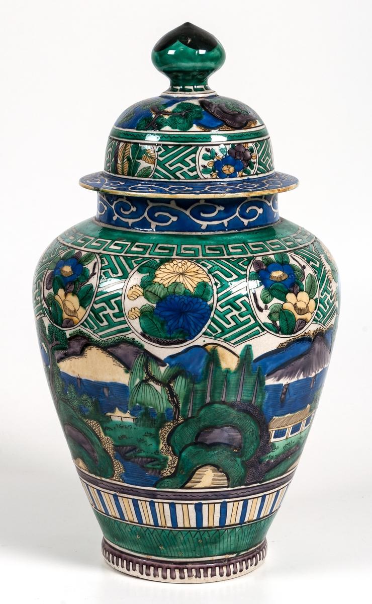Urnor, 2 st, fajans, polykrom dekor med lock. Japanskt porslin Kutani.