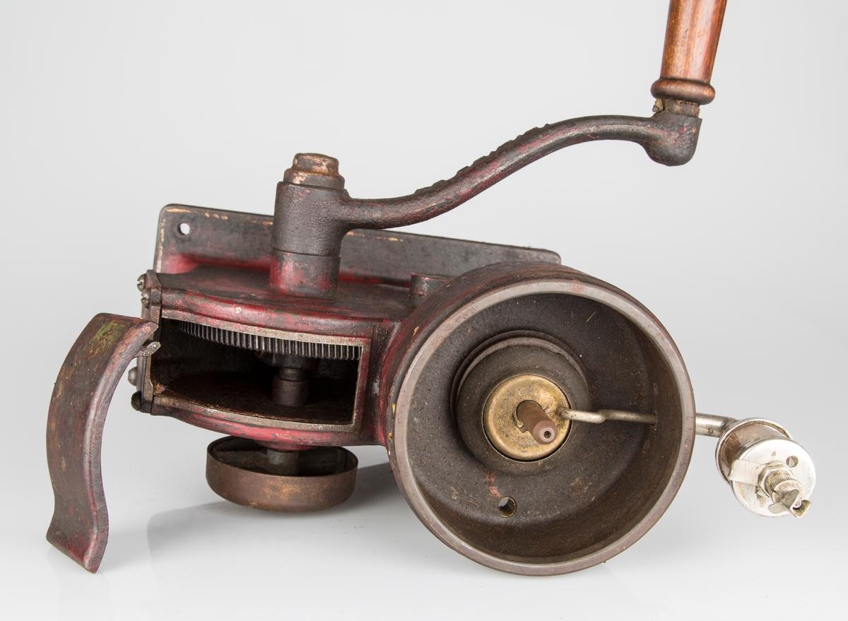 Separator med rektangulær fot. 4 skruehull for fast montering. Håndsveiv med trehåndtak.