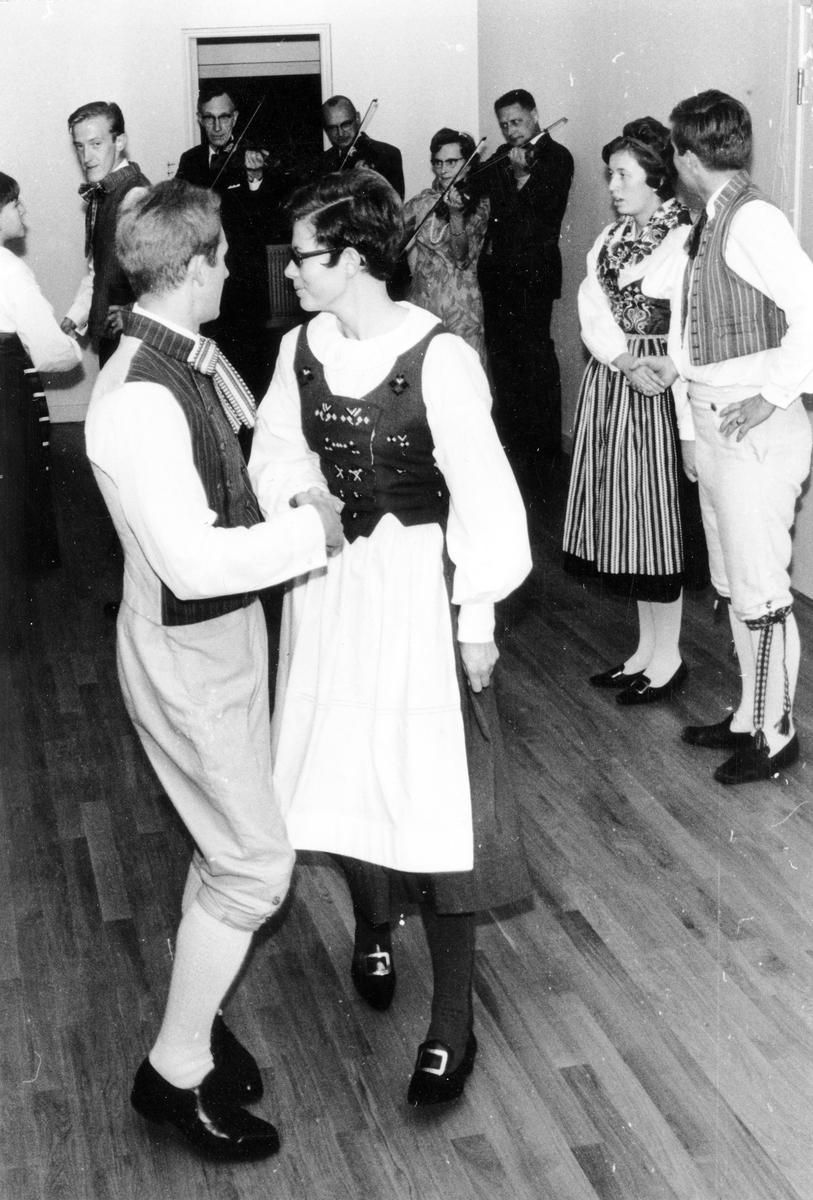 Tre par i folkdräkter dansar framför en spelmansorkester under Kulturveckan, oktober 1968.