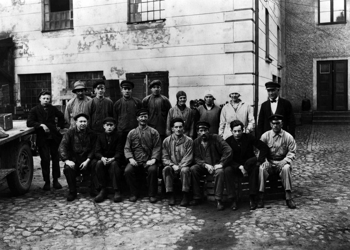 En grupp anställda män och kvinnor vid Alingsås bryggeri AB.