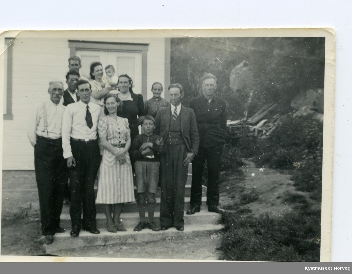På Hamran, familien Edvin Pedersen med flere på trappa