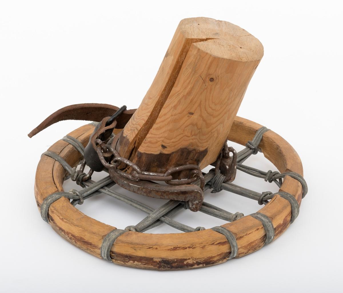 Materialet i trugeringen er bjørk. Bunnen i truga består av ståltråd. To tredobbelte og to firedobbelte ståltråder går. Langsetter, og to femdobbelte ståltråder går tversover. Til truga er det spent fast en hestefot av ter med hestesko. Foten er festet med to kjettingstumper og en lærreim med spenne. Litt: Se SJF 3386.