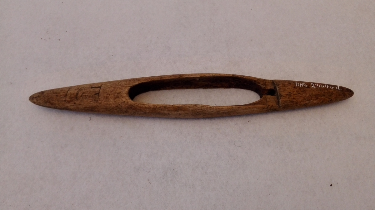 Form: Skyttelforma.  Lengd: a: 36,5 cm, b: 35 cm, c: 41,5 cm, d: 30,5cm e: 29,4 cm, f: 36,5 cm. Breidd: 5,4/4,2 cm