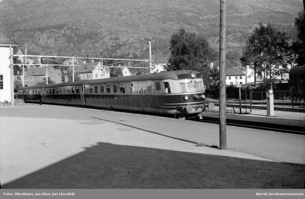Motorvognsett type 8 (senere type 88) med Bergensekspressen fra Bergen til Oslo Ø, passerer Kronstad stasjon.