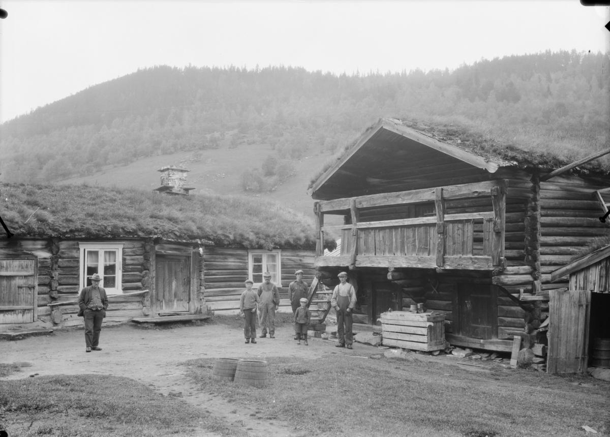 Vågå, Sjårdalen, tunet med folk på Holbø Nørdre.