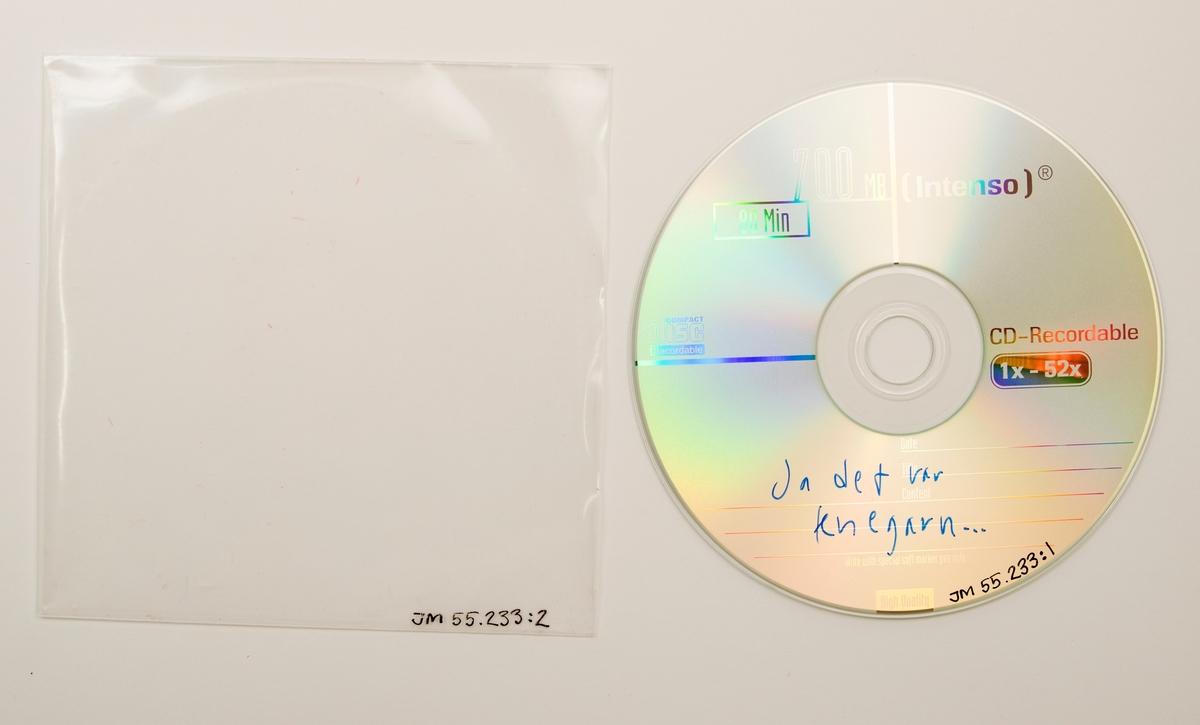"""CD-skiva i fodral av vikt pappersark i plastficka. Fodralets framsida har ettt svart-vitt fotgrafi av musikern. På fodralets baksida är textat: """"Gåva t. Länsmuseet d. 24/3-07 av Knegarn.""""  Innehåll: 1. Vågen 2. Jobbigt 3. Va' e de' för fel me' å bara va' snäll 4. Dåren 5. Apati 6. Då är man ensam 7. Vi ska till Tranås 8. Lyxångest 9. Sommar till april 10. Tio år 11. Det gröna i det grå 12. Musiklivet 13. Plus minus noll 14. Sveriges visarkiv  JM 55233:1, Skiva JM 55233:2, Fodral, vikt pappersark JM 55233:3, Fodral, plastficka"""