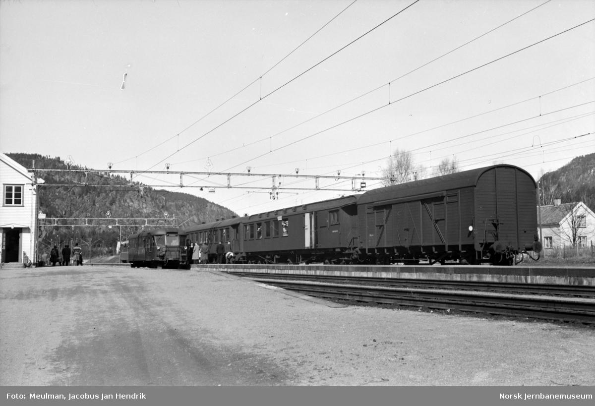 Motorvogn type Cmdo 7 (senere Bmdo 87) med tog til Flekkefjord på Sira stasjon. I spor 3 persontog fra Lunde til Stavanger. Fremst i dette toget elektrisk motorvogn type 105c (senere 65c).
