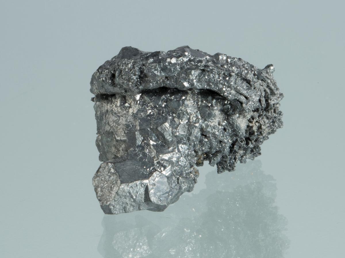 Argentittkrystaller på trådsølv dekket av små argentittkrystaller Vekt 23,55 g Størrelse: 3,3 x 3 x 2,5 cm