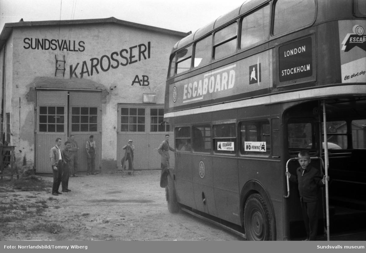 En dubbeldäckad veteranbuss från London väckte uppståndelse då den rullade ombord på Alnöfärjan 1960. Den 20 år gamla veteranbussen var inköpt av SCA för att fungera som rullande utställning, efter en rejäl renovering och ombyggnad vid karosserifabriken på Alnö.