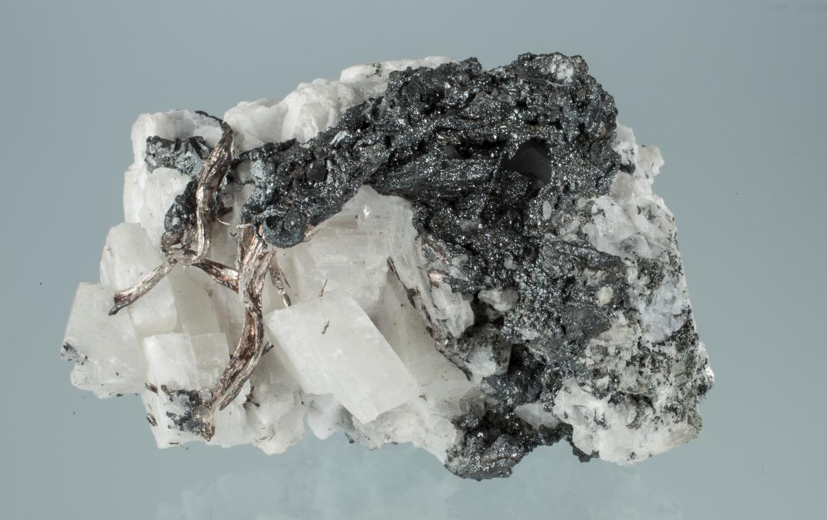 Argentitt på trådsølv, kalsitt Vekt 106,04 g Størrelse: 5,8 x 3,5 x 3 cm