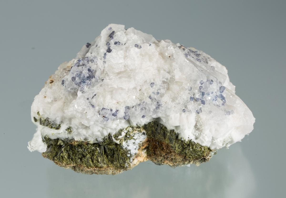 Blå, små flusspatkrystaller i apofyllitt på plate med epidot, palygorskitt + leirmineraler Samuel Vekt: 311,5 g Størrelse: 8,5 x 6 x 5,5 cm