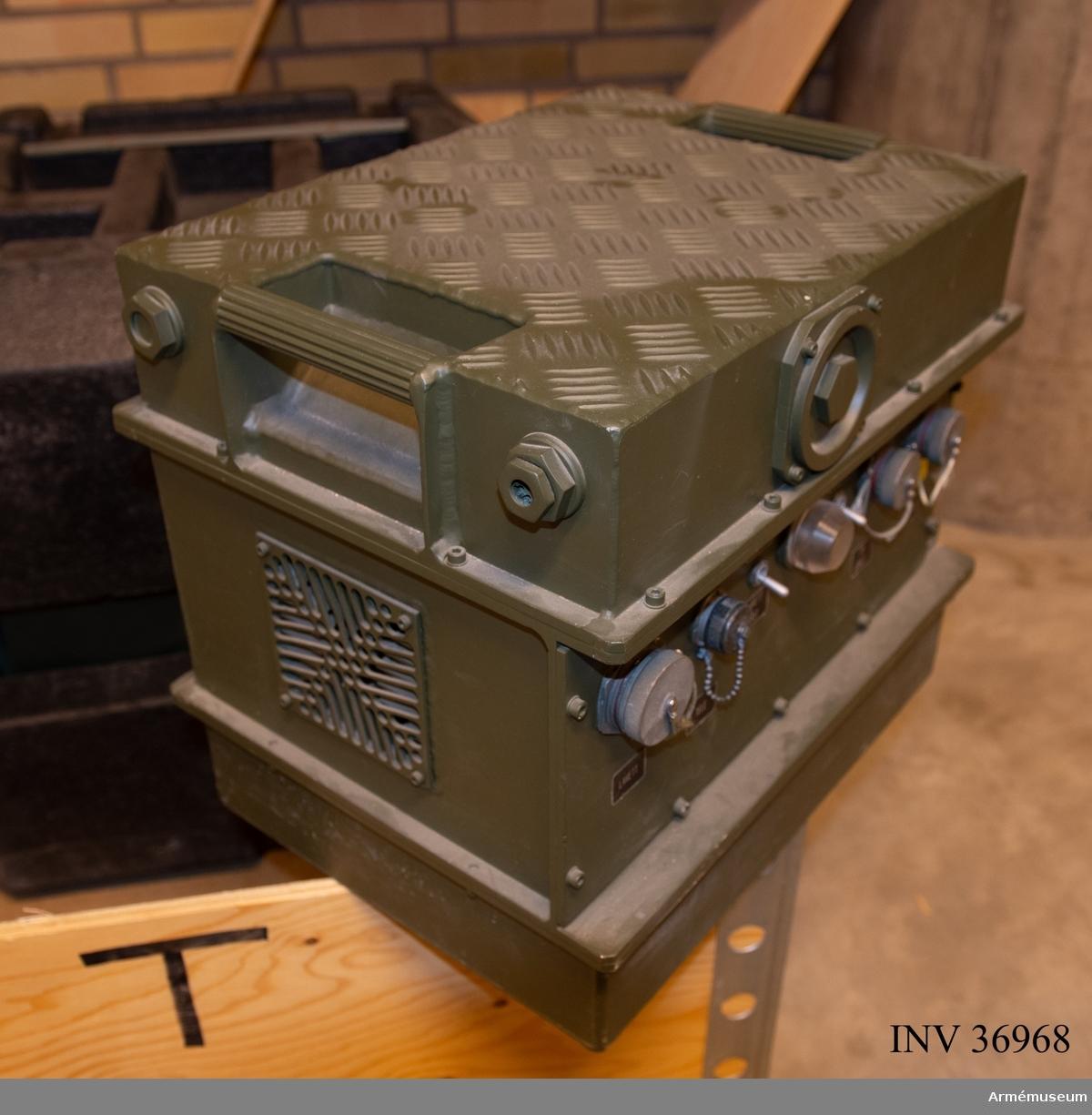 Eldenhet som ingår i luftvärnsrobotsystem 90. I systemet ingår även två radarenheter - lokal på bandvagn och  central på lastbil. Siktet innehåller lasersändare, TV-kamera och IRV-kamera.