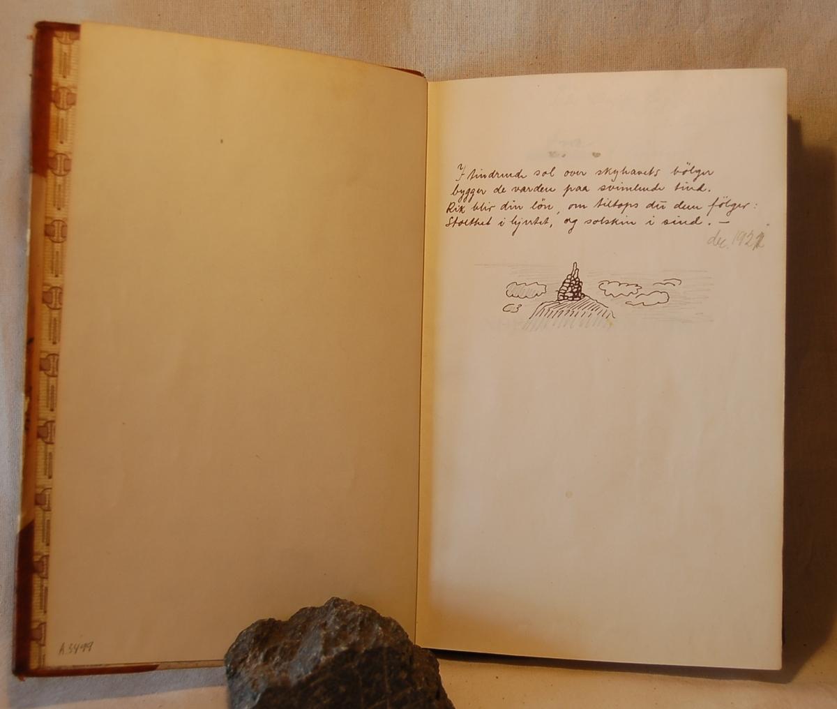 Filosofen Peter Wessel Zapffe og hans kone Berit testamenterte sin eiendom på Båstad i Asker til Universitetet i Oslo. Da det ble besluttet å selge eiendommen i 2009 ble deler av P.W. Zapffes arbeidsrom og andre eiendeler overlatt til Asker Museum. Denne samlingen inngår nå som en permanent utstilling på museet. Tegning og dikt på forsatsblad. Eiersignatur.