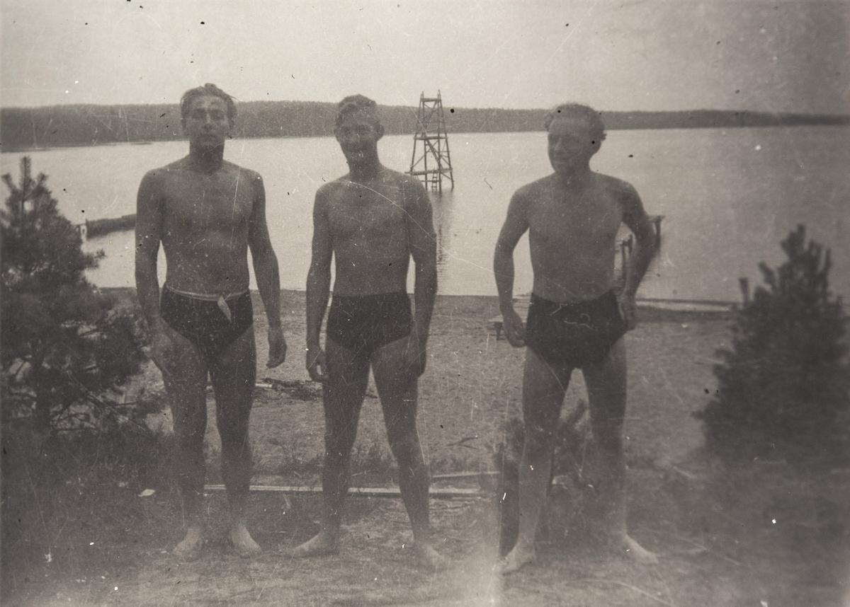 Norske polititropper tar seg et bad ved et vann. I Sverige under 2. verdenskrig.