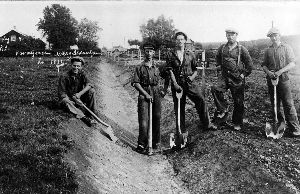 Fem män står kring ett dräneringsdike på ett vägbygge mellan Alingsås-Vårgårda. Männen är så kallade AK-arbetare, och tillhörde lag 4.