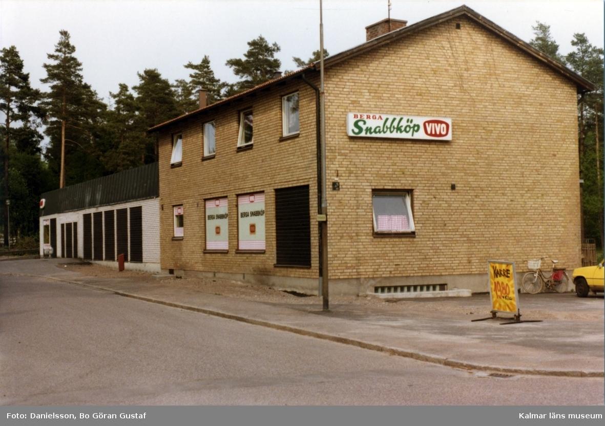 Tvåvåningshus i tegel och sadeltak. Berga snabbköp, Vivo. Ägaren till byggnaden var Karlsson och byggmästaren var Bertil Danielsson.