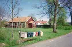 Brevlådor vid vägen, i bakgrunden Nolsterby kapell, Nolsterb
