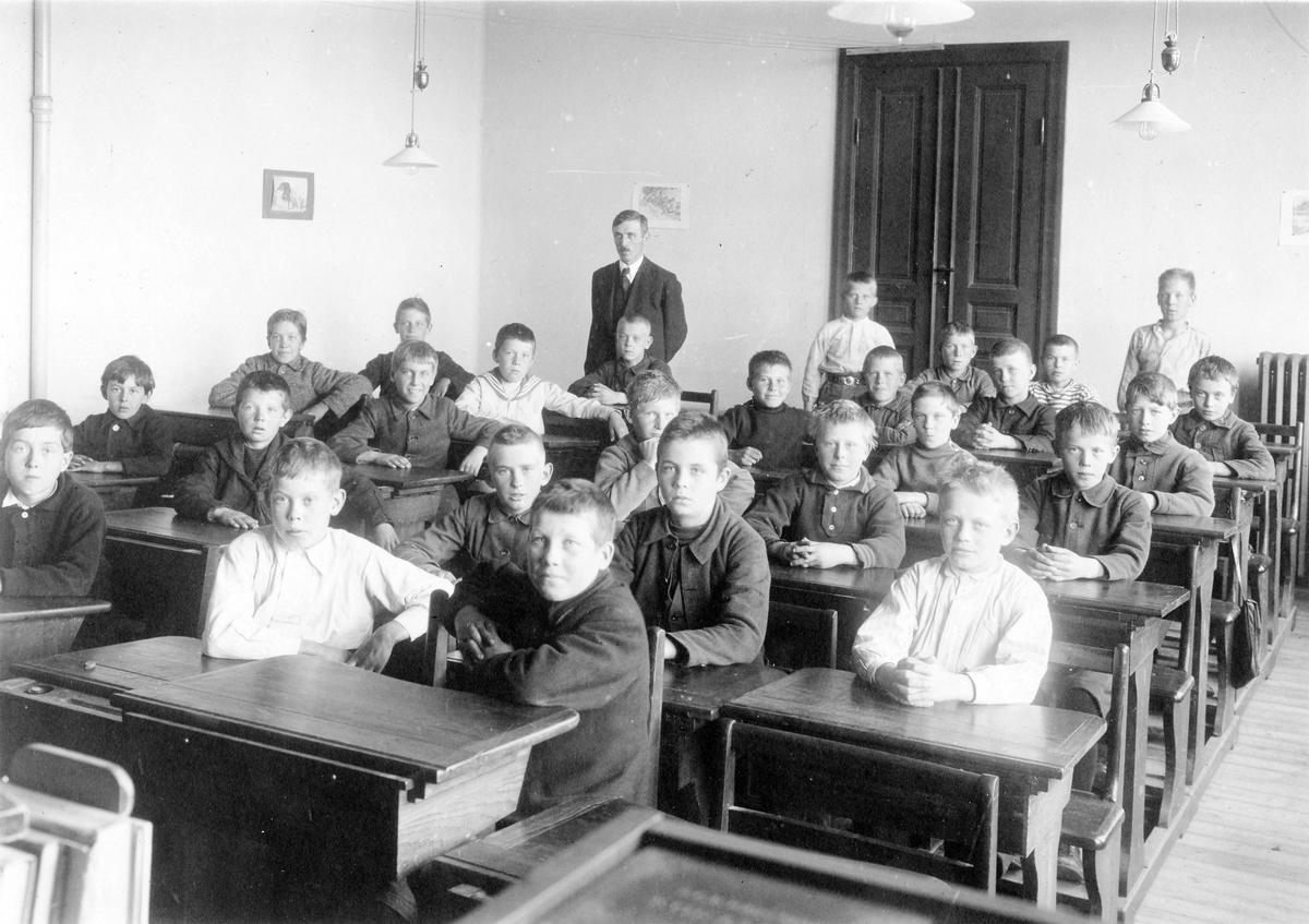 Magister Friskopp med elever i ett klassrum på Centralskolan, idag Lendahlsskolan.