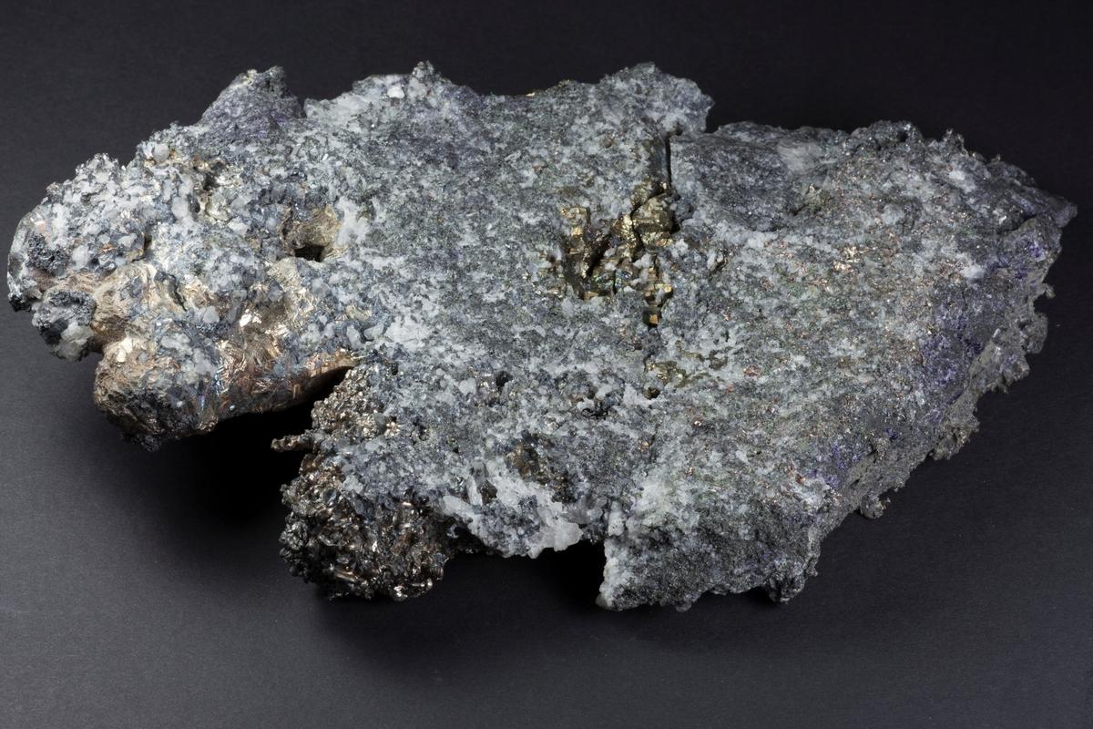 Sølv, krystallflater og tråder, kvarts og bergkrystall, pyritt xls, fiolett flusspat. Vekt: 2713,16 g