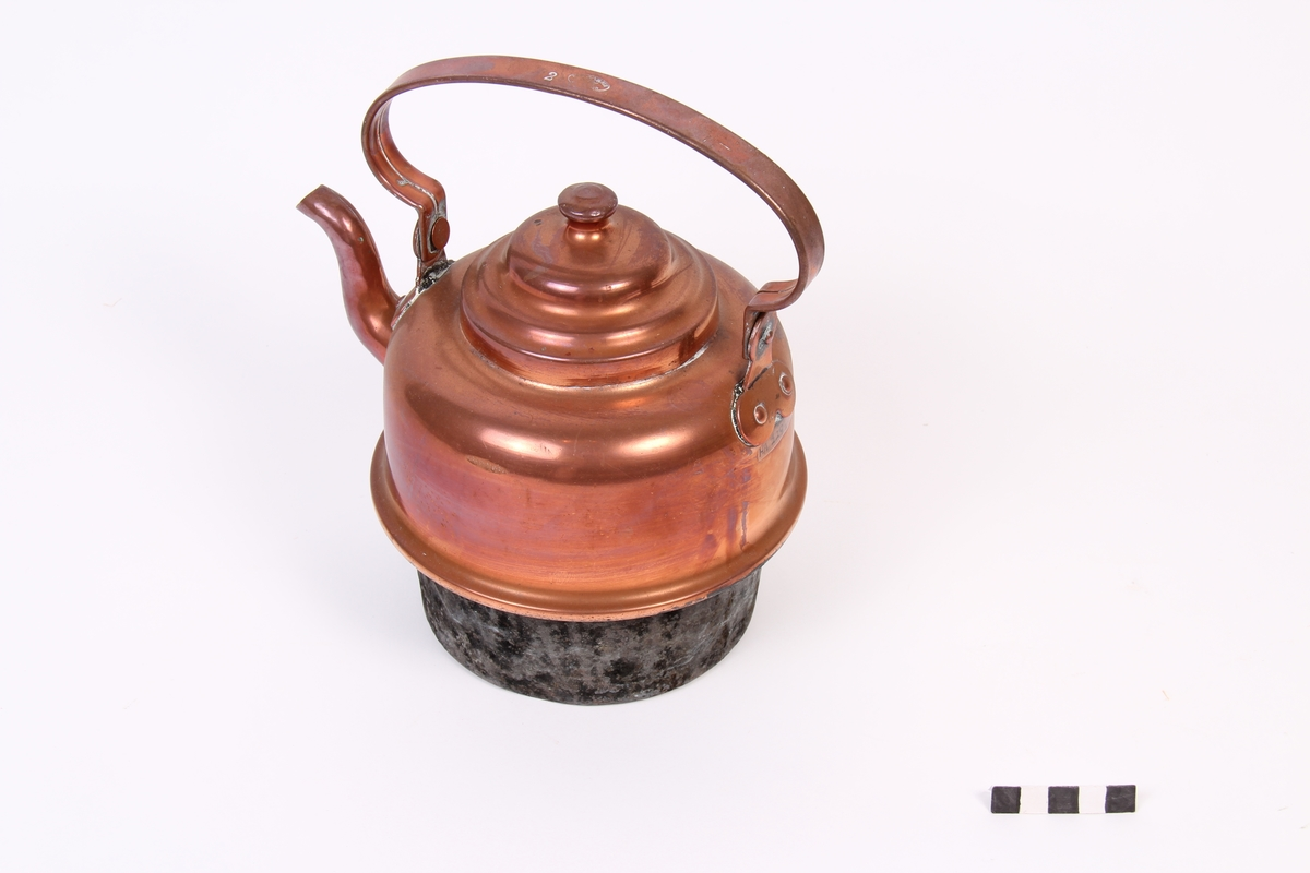 Kaffekjele med lokk og svart botn tilpassa vedkomfyr med lause ringar.