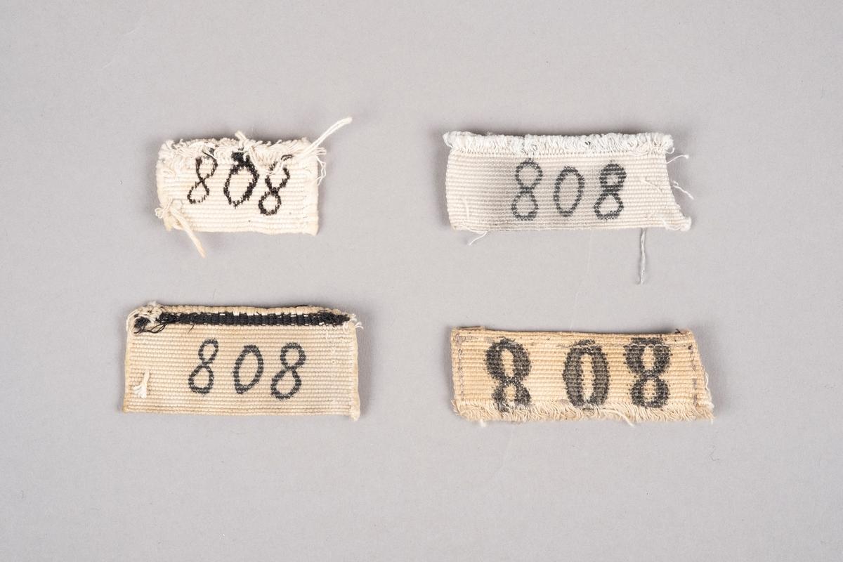 4 merkelapper med fangenummer.