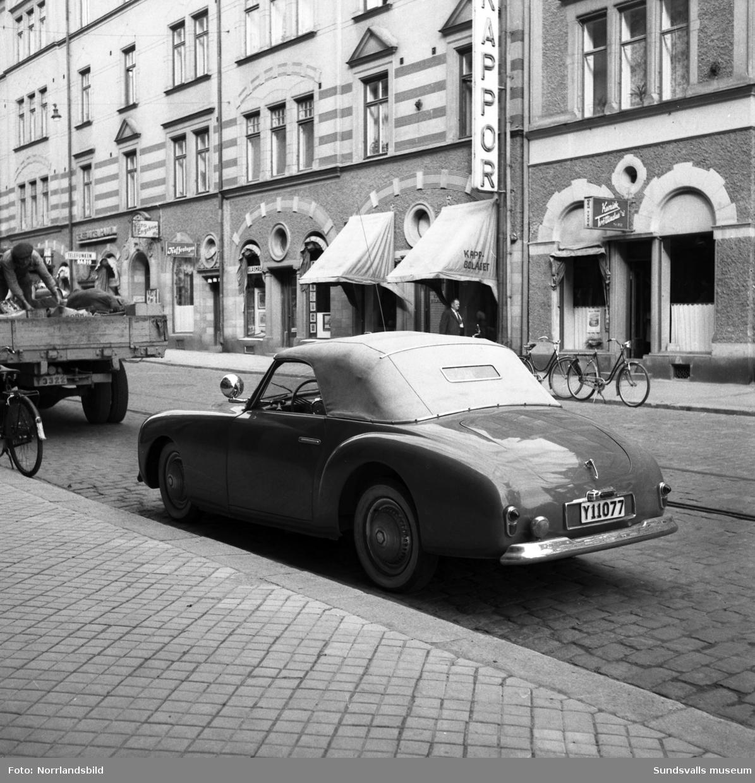 Äldre sportig bil parkerad vid Storgatan 3.