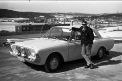 Stig Nahlbom, journalist på Expressen, poserar invid en Ford