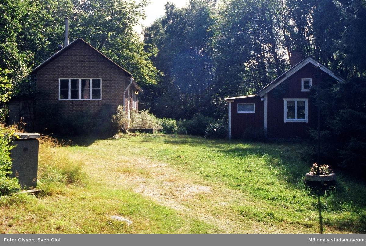 Östra Mölndal i augusti 1999. Alldeles öster om Herkulesgården ligger dessa hus. De var i dåligt skick men har rustats upp av hyresgästen.