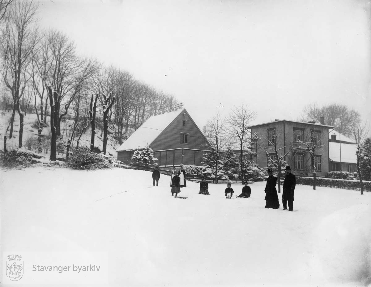 """Eiendommen tilhørte familien Kielland som hadde boktrykkeri i bygningen bak til høyre. Her ble """"Stavanger Amtstidende og Adresseavis"""" trykket. Til høyre: Ella Kielland, f. Rønneberg og boktrykker Casper Kruse Kielland."""