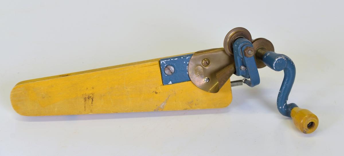 För krusning av kräppapper. Har tidigare använts i Hallbergs blomsteraffär, Lilla Torget, Alingsås.