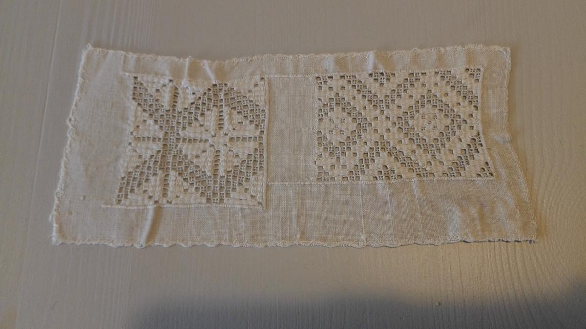 1 stykke sognesöm.  To pröver sognesöm, sydd efter gammelt mönster paa et stykke lintöi.  Gave fra fru Anna Kvale, Lavik.