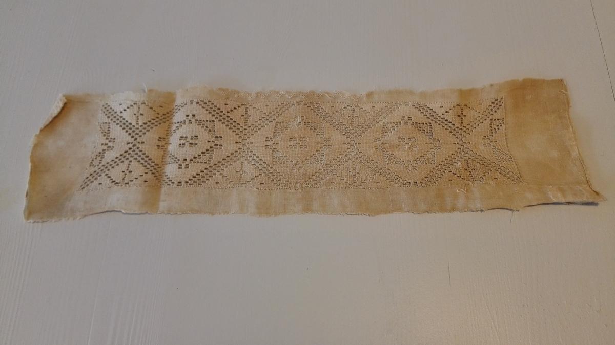 1 brodert putesöm.  Brodert putesöm, sognesöm. 6,5 x 26 cm.  Kjöpt av gaardbruker Kristen Flæte, Framfjorden.