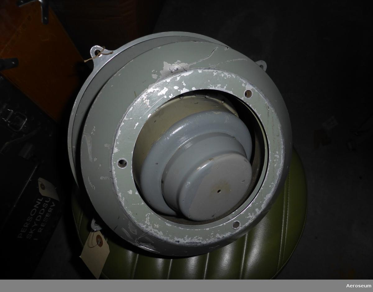 """En fjärrkompass för flygplan. Från andra världskriget. Den är Grå. Tillverkad av Patin.  På föremålet står det: """"Achtung Nur Stecker mit eisenfreien kontaktplatten FI23 332-2 verwenden"""""""