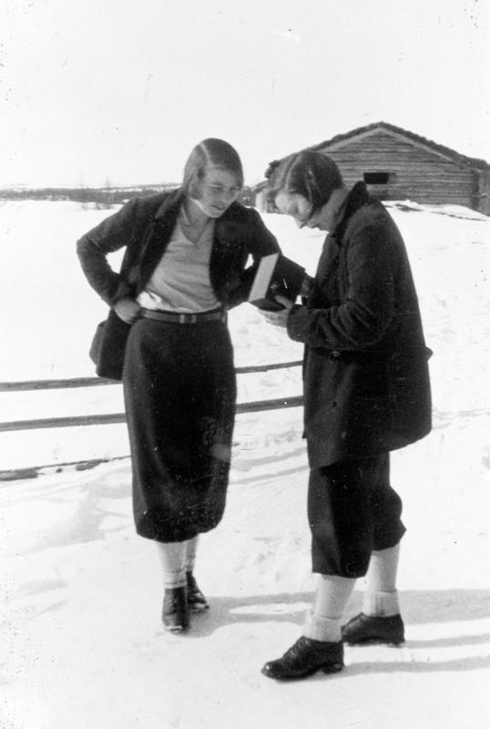 Påske på Myklebysetra. Kvinner fra venstre: Gudrun Hartvigsen, Karen Gundersen. Eier av foto:Stor-Elvdal Historielag.