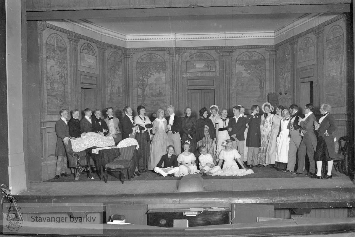 Fra Iduns julekomedie, Aprilsnarrene. Premiere 2. januar 1937 Publisert i Stavanger Aftenblad 3. januar 1937..