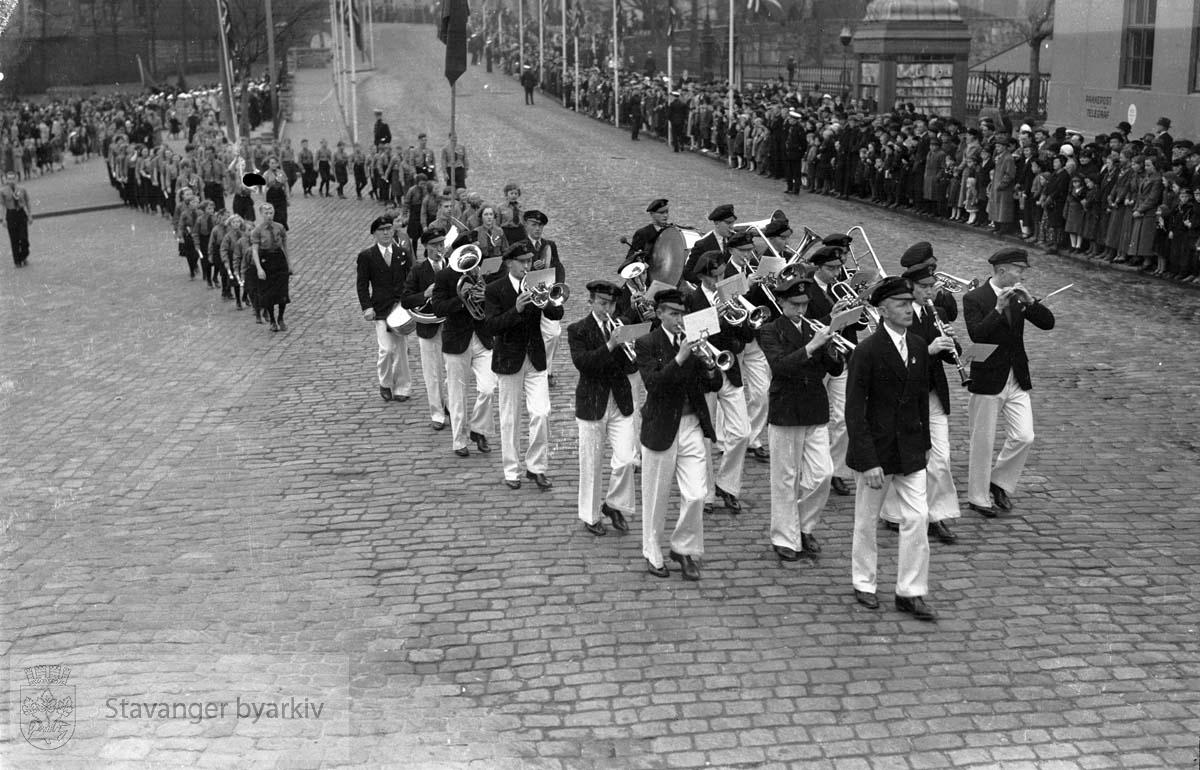 Korps i 1. mai-tog ved Torget