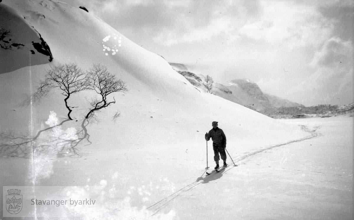 Mann på ski.