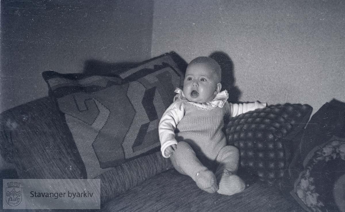 Baby i sofaen.
