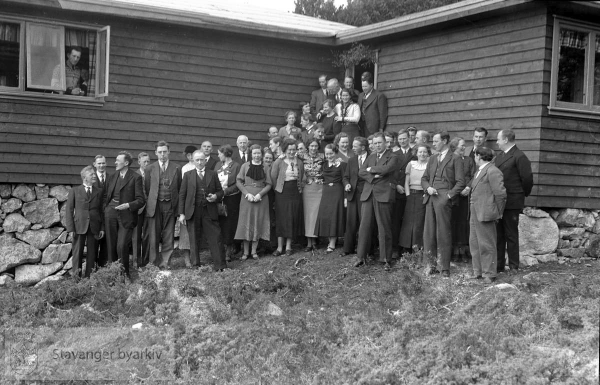 Forsamling utenfor hytta på Fredatun