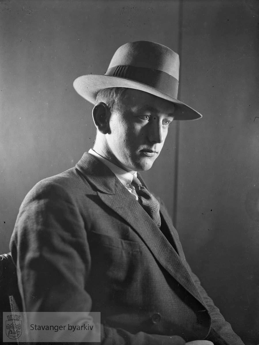 Portrett av mann med hatt