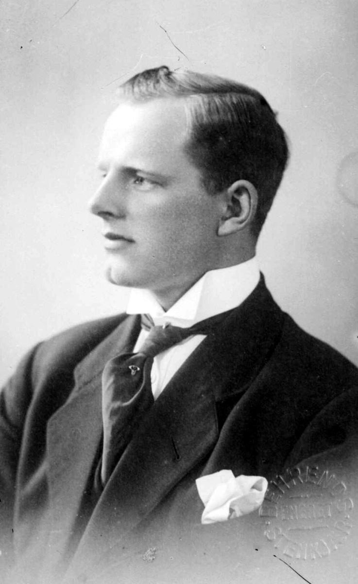 Portrett av mann, repro etter Gustav A Behrends