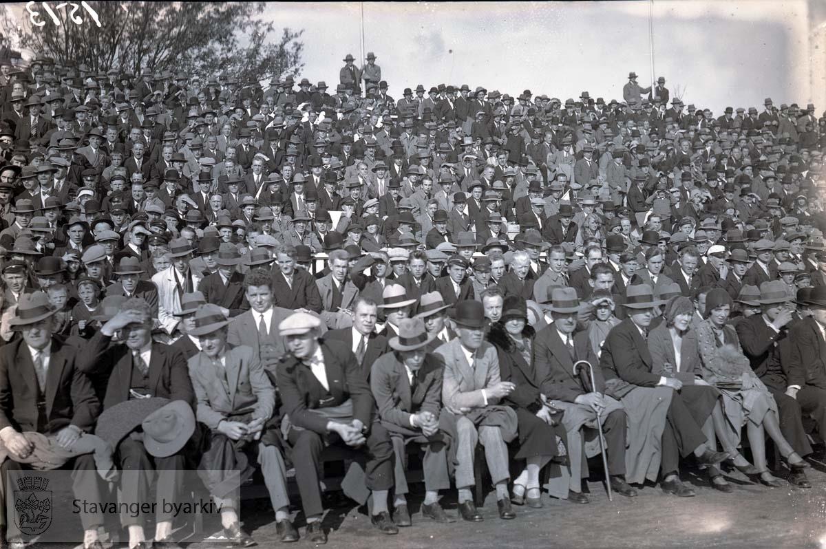 Tilskuere på tribunen eller sidelinja. .Fotball.