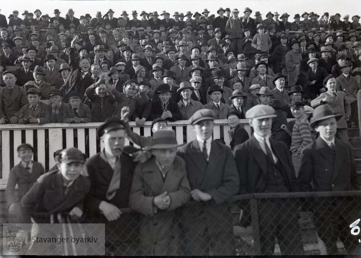 Tilskuere på tribunen .Fotball.