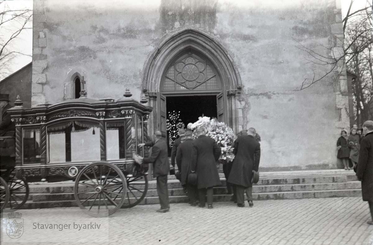 Kista bæres inn i vogna utenfor domkirka. ...Lars Oftedal gravlegges.