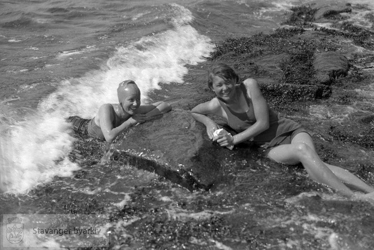 Badebilde.To kvinner som bader.