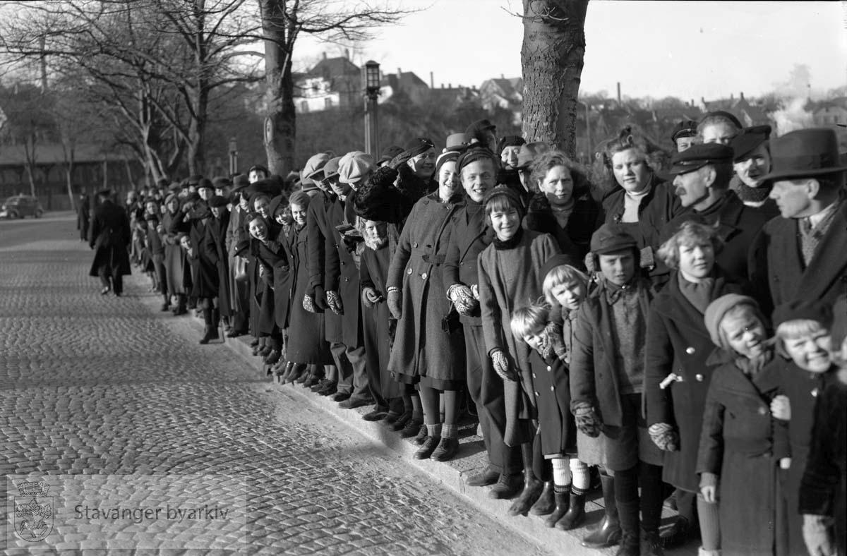 Tilskuere langs Jernbaneveien