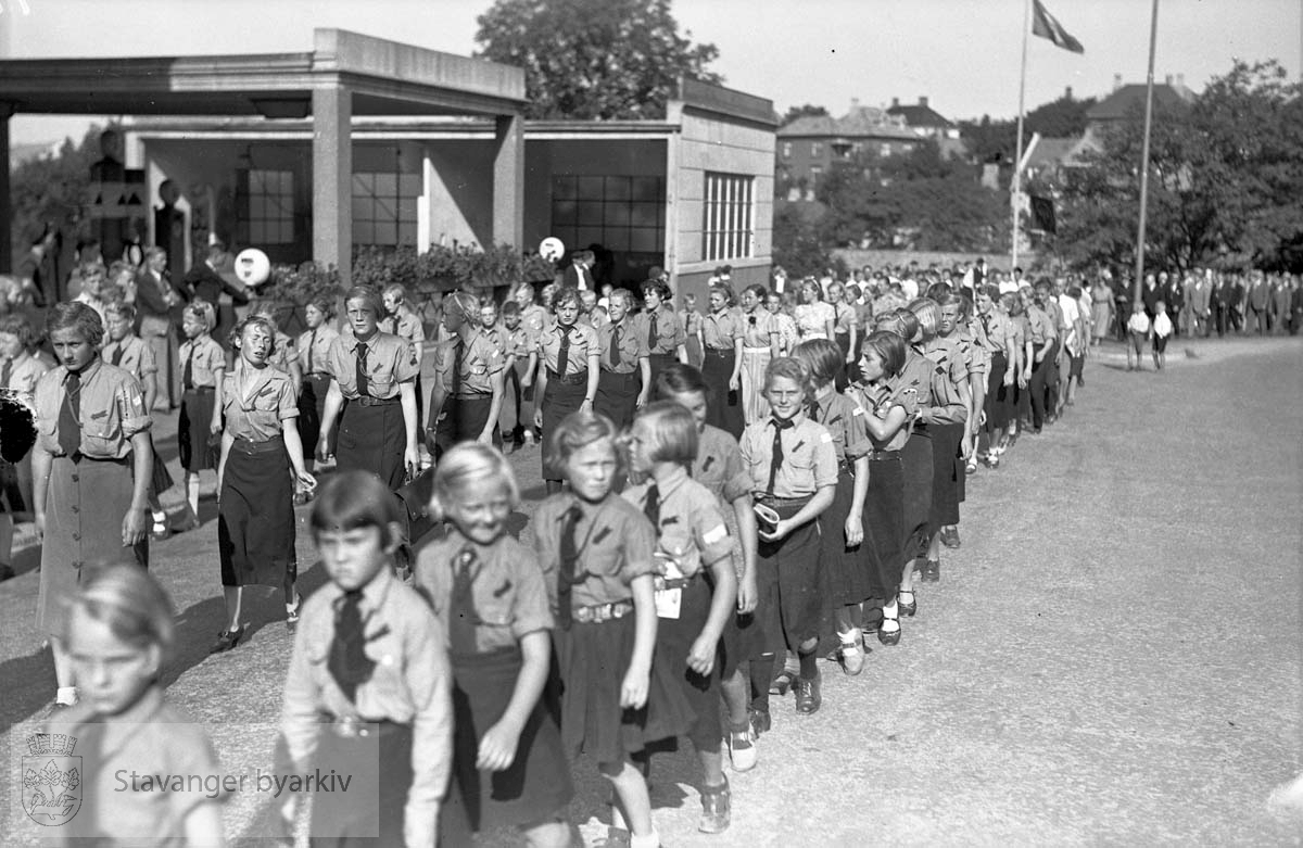 Arbeiderpartiets jubileumsdemonstrasjon, tog.Barn og ungdom i uniform passerer Holst & Hauge langs Teaterveien