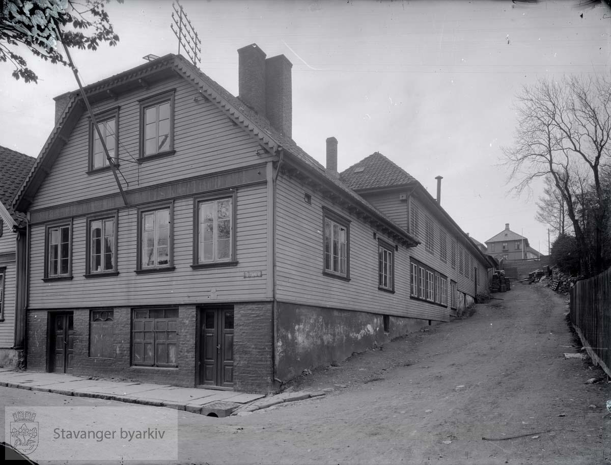 Til høyre Peder Clausens gate. Stavanger Preservings første lokaler